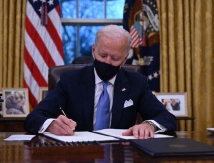 امریکی صدر جوبائیڈن نے ٹرمپ کے امیگریشن کے احکامات کو کالعدم قرار دے دیا۔
