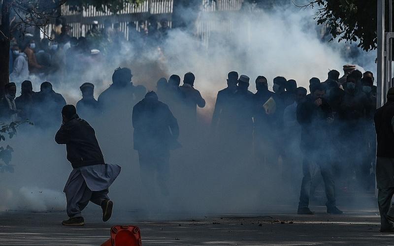 سرکاری ملازمین کا پولیس سے تصادم، اسلام آباد جنگ کا میدان بن گیا۔